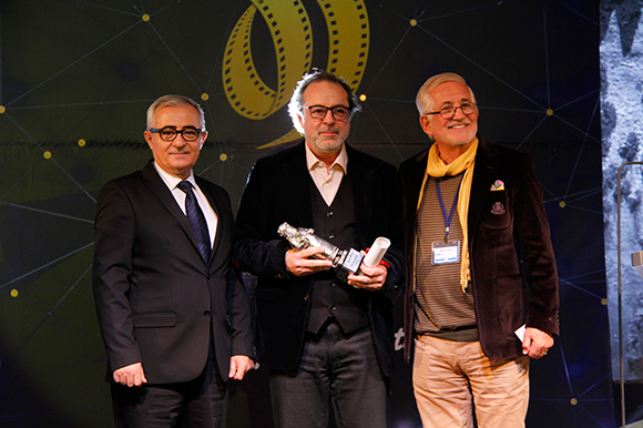 Semih Kaplanoglu collecting the award for Bugday